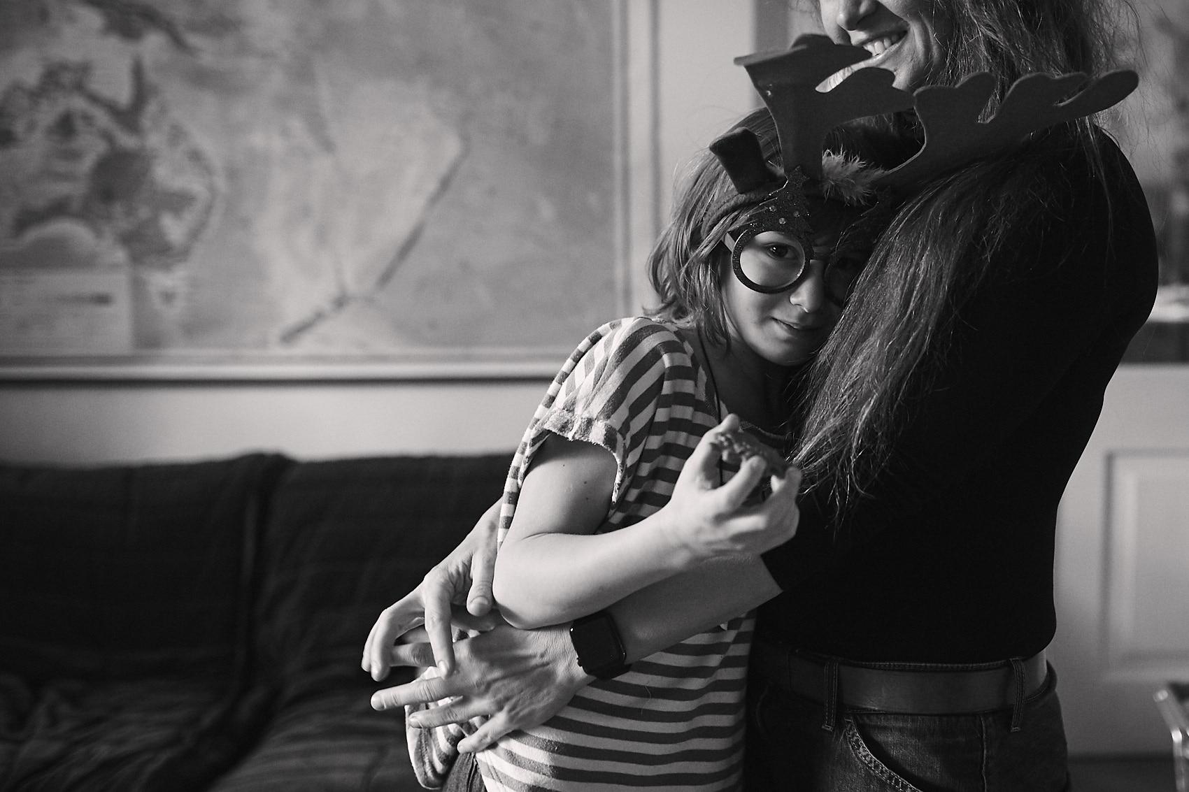 portret mama i syn fotografia czarno biala